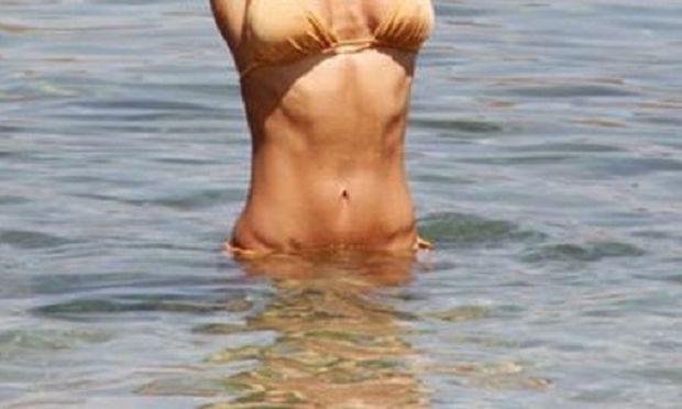 Λες και δεν γέννησε ποτέ: Απίστευτο το σώμα της Ελληνίδας παρουσιάστριας και μαμάς!