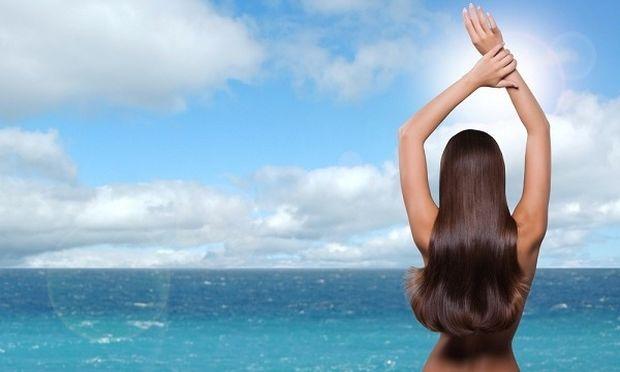Ηλιος, θάλασσα, πισίνα και λούσιμο: οι «εχθροί» των μαλλιών μας. Χρήσιμες συμβουλές για υγιή μαλλιά το καλοκαίρι!