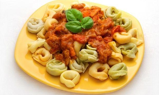 Συνταγή για λαχταριστά και εύκολα τορτελίνια με σάλτσα ντομάτας!
