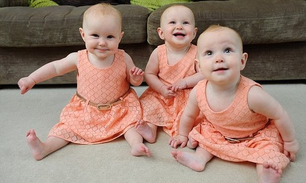 Οι γονείς των τρίδυμων αυτών κοριτσιών βρήκαν το «τέλειο κόλπο» για να τις ξεχωρίζουν! (φωτογραφίες)
