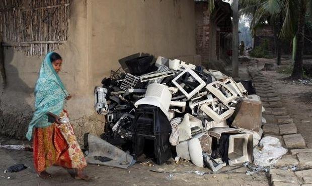 Ινδία: Συγκλονιστικές εικόνες παιδιών που ζουν μέσα σε τόνους ηλεκτρονικών σκουπιδιών!