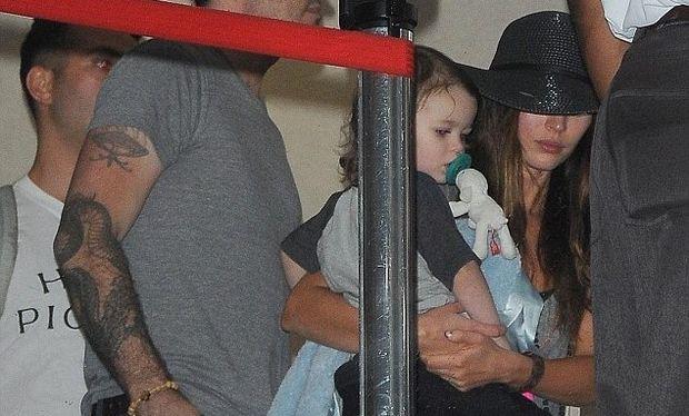 Μαντέψτε την διάσημη μαμά που κρύβει το πρόσωπό της πίσω από το μαύρο καπέλο της!