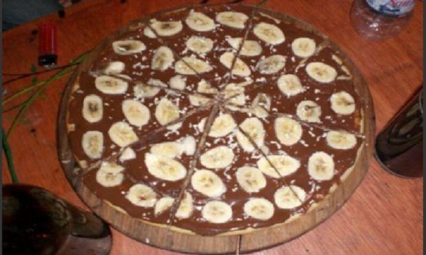 Συνταγή για γλυκιά πίτσα με μπανάνες και σοκολάτα!