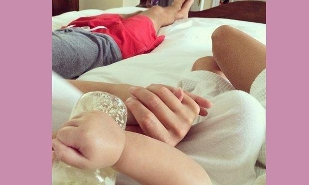 Oλη η αγάπη σε ένα κρεβάτι! Η διάσημη μαμά και οι καθημερινές στιγμές ευτυχίας! (εικόνα)