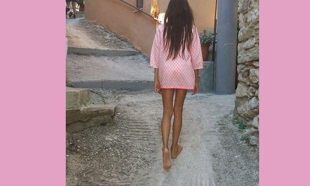 Δε θα πιστέψετε ποιο είναι αυτό το κοριτσάκι που περπατάει ανέμελο! Η μαμά του είναι η…(εικόνα)