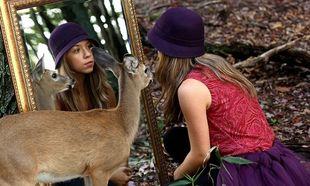 Το κορίτσι και το ελάφι. Μία ιστορία βγαλμένη από παραμύθι μέσα από μοναδικές φωτογραφίες