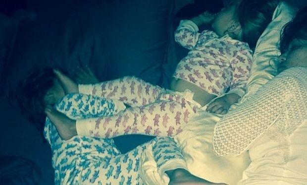 Ποια είναι αυτά τα αδερφάκια που κοιμούνται με ασορτί πιτζαμάκια;