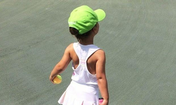 Άσος στο τένις από τα τρία της η κορούλα αυτής της διάσημης μαμάς!