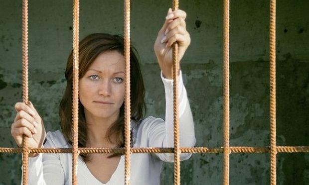Μια μαμά «έβρισε» μπροστά στα παιδιά της... και την συνέλαβαν για αυτό!