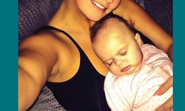 Η διάσημη μανούλα δεν σταματάει να βγάζει selfies φωτογραφίες με το μωρό της! (εικόνες)