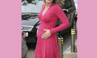 Έβαλε ροζ φόρεμα! Μήπως με αυτόν τον τρόπο μας αποκάλυψε το φύλο του μωρού της; (εικόνες)