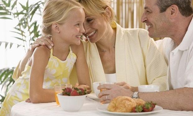 Για τους γονείς είμαστε πάντα παιδιά! Τέσσερις φωτογραφίες που το επιβεβαιώνουν! (εικόνες)