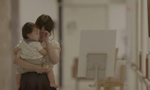 Ένα βίντεο που θα αγγίξει όλες τις μανούλες και θα τις κάνει να δακρύσουν. Δείτε το!