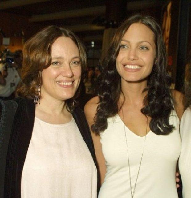 Αngelina Jolie: Μιλά πρώτη φορά ανοιχτά για το θάνατο της μητέρας της και συγκινεί!