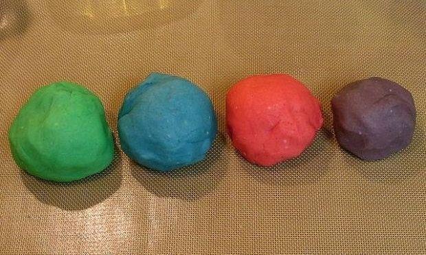 Φτιάξτε πλαστελίνη από ζύμη αλατιού για να παίζει το παιδί σας!