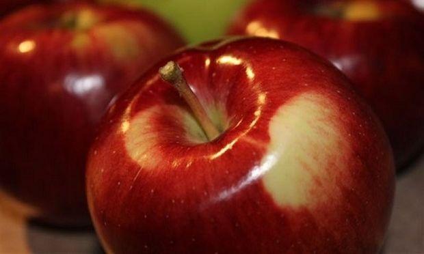 Εσείς πώς κόβετε ένα μήλο αν δεν έχετε μαχαίρι; Σίγουρα όχι έτσι!(βίντεο)