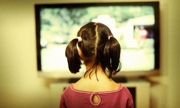 Πόσο πολύ επηρεάζεται ένα παιδί από τις ειδήσεις στην τηλεόραση;