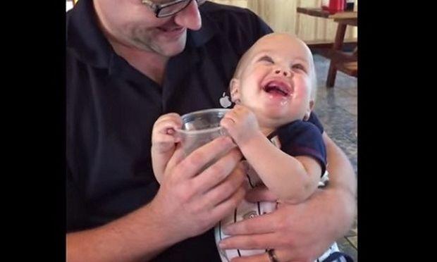 Δε θα πιστεύετε για ποιο λόγο αυτό το μωρό τρελαίνεται από χαρά! (βίντεο)