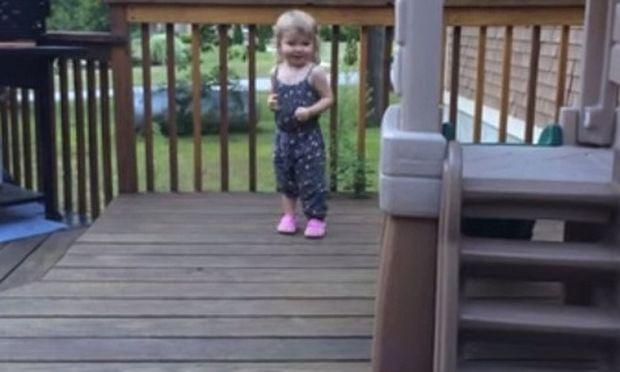 Δείτε ποιόν παρτενέρ διάλεξε αυτό το κοριτσάκι για να χορέψει!
