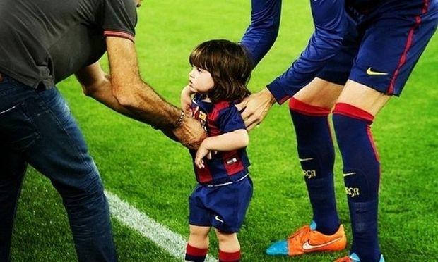 Είναι ο γιος πασίγνωστου ποδοσφαιριστή! Λέτε να ακολουθήσει τα χνάρια του μπαμπά; (εικόνα)