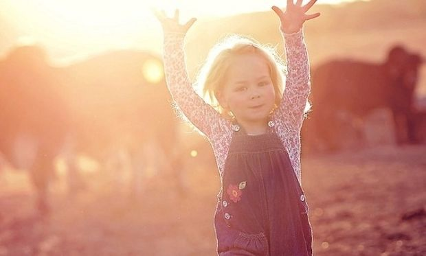 Δε θα πιστέψετε αυτό το κοριτσάκι τι φίλους έχει! (εικόνες)