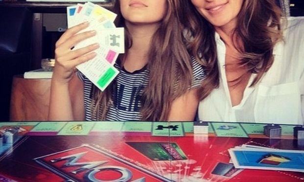 Πασίγνωστη μαμά έπαιξε με την κόρη της Monopoly κι έχασε! (εικόνα)