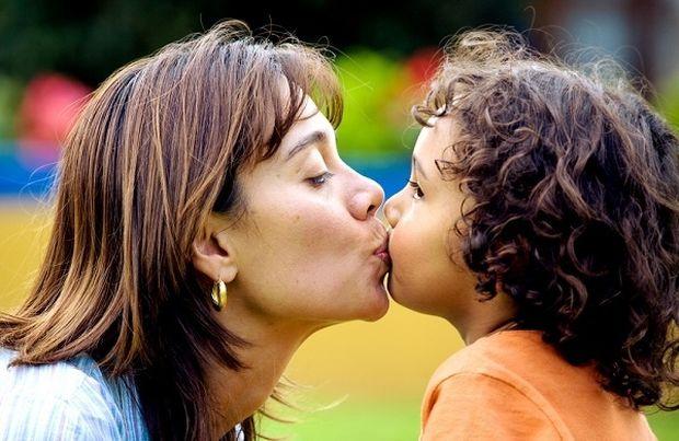 Πρέπει να φιλάμε το παιδί μας στο στόμα;