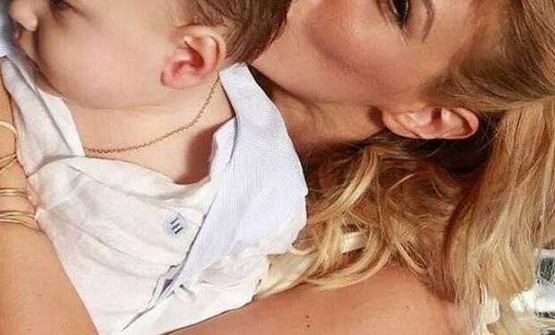 Το τρυφερό φιλί Ελληνίδας δημοσιογράφου στο γιο της! Την αναγνωρίζετε;