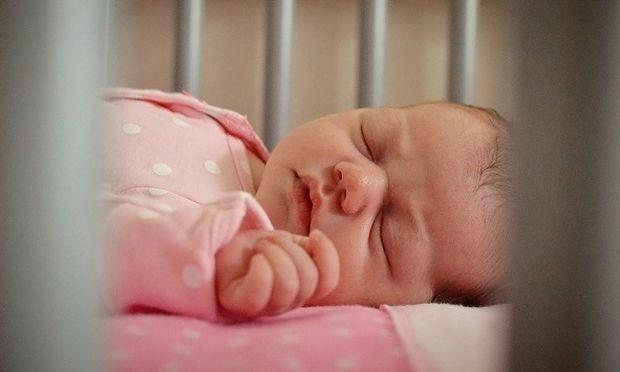 Πότε πρέπει το μωράκι σας να πάει στο δικό του δωμάτιο;