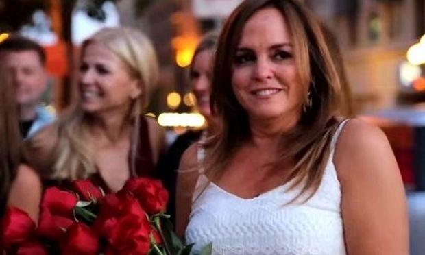 Επρόκειτο να συναντήσει τον άνδρα της, αλλά αντ' αυτού την περίμενε μια έκπληξη!(βίντεο)