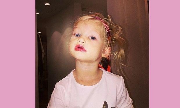 Πήρε τα καλλυντικά της διάσημης μαμάς της για να της μοιάσει! (εικόνες)