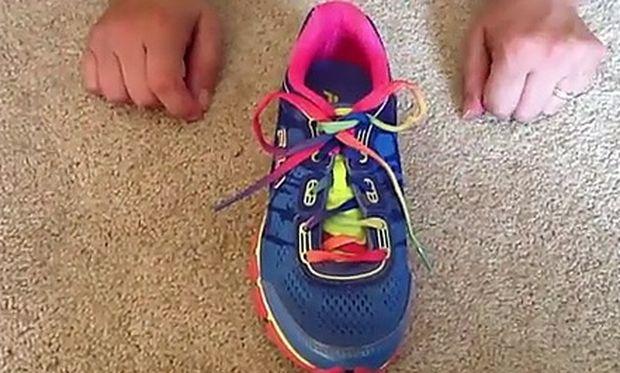 Απίστευτο! Αυτό είναι το κόλπο για να δέσετε τα κορδόνια του παιδιού σας σε 2 δευτερόλεπτα (βίντεο)