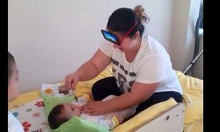 Δείτε τι τρόπο βρήκε αυτή η μαμά για να ταΐσει το μωρό της! (βίντεο)
