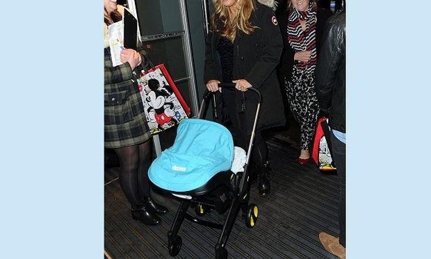 Δεν έχει τον Θεό της! Πήγε σε χριστουγεννιάτικο πάρτι με τον μόλις 5 εβδομάδων γιο της (εικόνες)