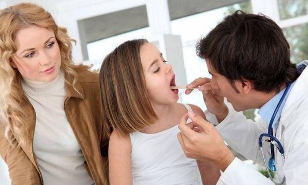Πολύτιμες συμβουλές για να αντιμετωπίσετε τον πονόλαιμο του παιδιού σας