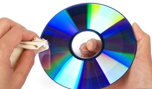 Δε θα πιστεύετε πώς εξαφανίζονται οι γρατζουνιές από τα CD όταν αυτά δεν «παίζουν»!