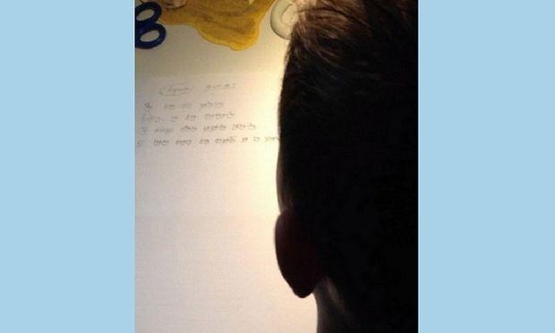 Πασίγνωστος Έλληνας τραγουδιστής τραβάει σε βίντεο το παιδί του που διαβάζει! (βίντεο)