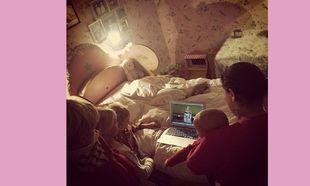 Μπαμπάς και παιδιά χαζεύουν τη διάσημη μαμά που κάνει πασαρέλα! (εικόνα)
