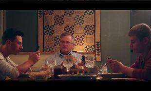Δείτε τι γίνεται όταν αυτός ο πατέρας ζητά το αλάτι από τον γιο του! Θα κλάψετε από τα γέλια. (βίντεο)