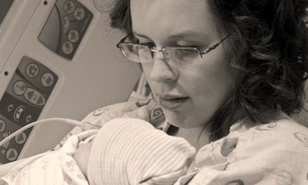 Αυτή η μαμά σκοτώθηκε από όπλο που κρατούσε ο 3χρονος γιος της!
