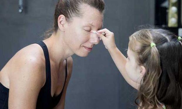 Τι συμβαίνει όταν οι κόρες παίρνουν τα πινέλα και τις σκιές από τις μαμάδες τους; (εικόνες)