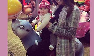 Μαμά και κόρη εντυπωσίασαν με τα χειμερινά ρούχα τους στη χριστουγεννιάτικη βόλτα! (εικόνες)