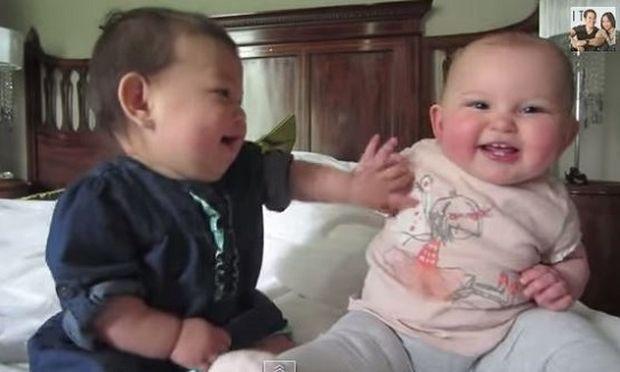 Αξιολάτρευτο! Δείτε αυτά τα μωρά να κουβεντιάζουν (βίντεο)