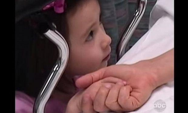 Θα κλάψετε. Αυτό το κορίτσι κρατά το χέρι της ετοιμοθάνατης μαμά της! (βίντεο)