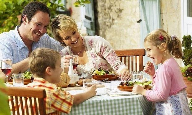 Εσείς πόσο καιρό έχετε να κάτσετε όλοι μαζί γύρω από το ίδιο τραπέζι;