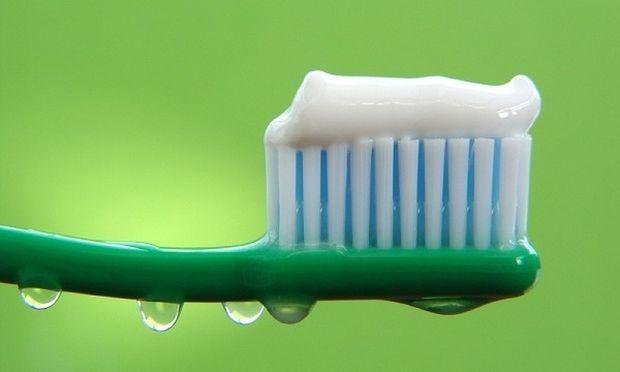 Δείτε τι άλλο μπορείτε να κάνετε με μια οδοντόκρεμα, πέρα από το να βουρτσίζετε τα δόντια σας! (βίντεο)