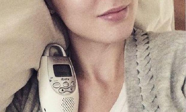 Αυτή η διάσημη μαμά κοιμάται με το baby monitor αγκαλιά. Ποια είναι;