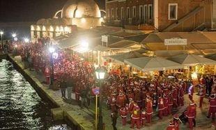 Κρήτη: 3.000 Άγιοι Βασίληδες ξεχύθηκαν στους δρόμους των Χανίων (εικόνες και βίντεο)