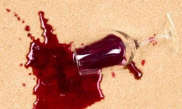 Δεν πάει ο νους πώς βγαίνει το κόκκινο κρασί από το τραπεζομάντηλο!