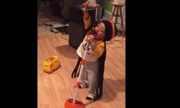 Ένας δίχρονος «Μπομπ Μάρλεϊ»: Δε φαντάζεστε τι κάνει αυτό το αγοράκι! (βίντεο)